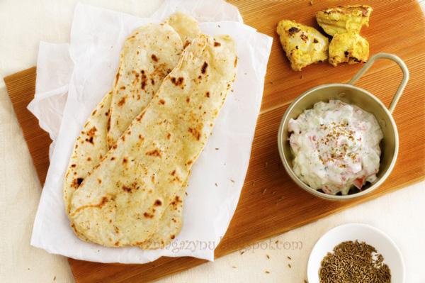 Indyjski chleb naan oraz raita z pomidorami i ogórkiem