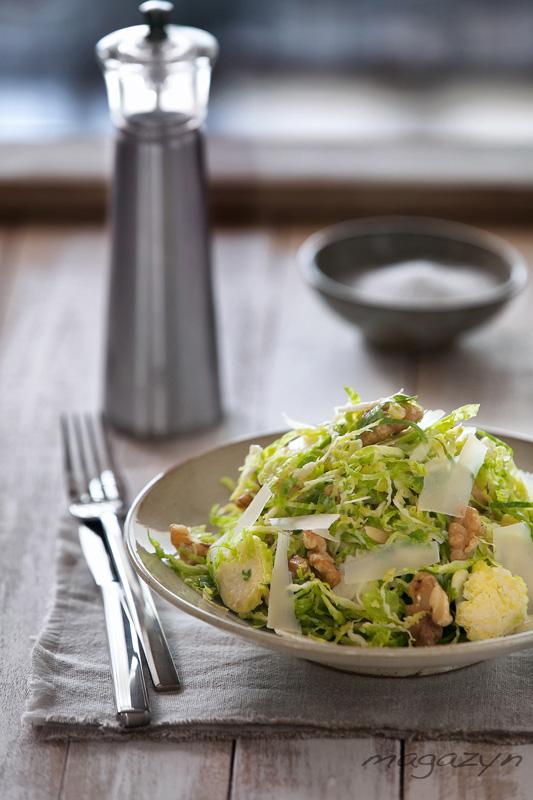 brukselka-salatka-orzechy-wloskie-parmezan