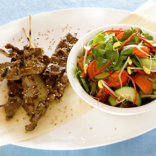 Wołowina z sezamem i tajską sałatką. Szaszłyki z wołowiny z sezamem.