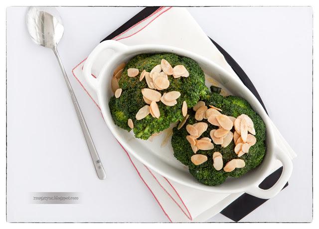 Chrupiące zielone brokuły z prażonymi migdałami w płatkach