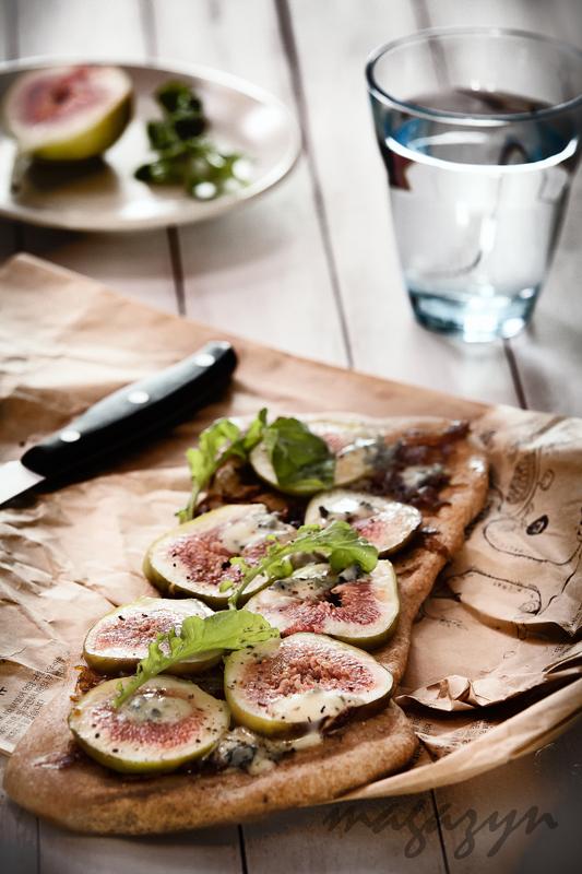 Płaski chlebek z figami i gorgonzolą