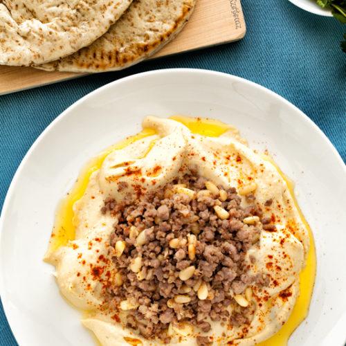 Hummus z baraniną i orzeszkami piniowymi