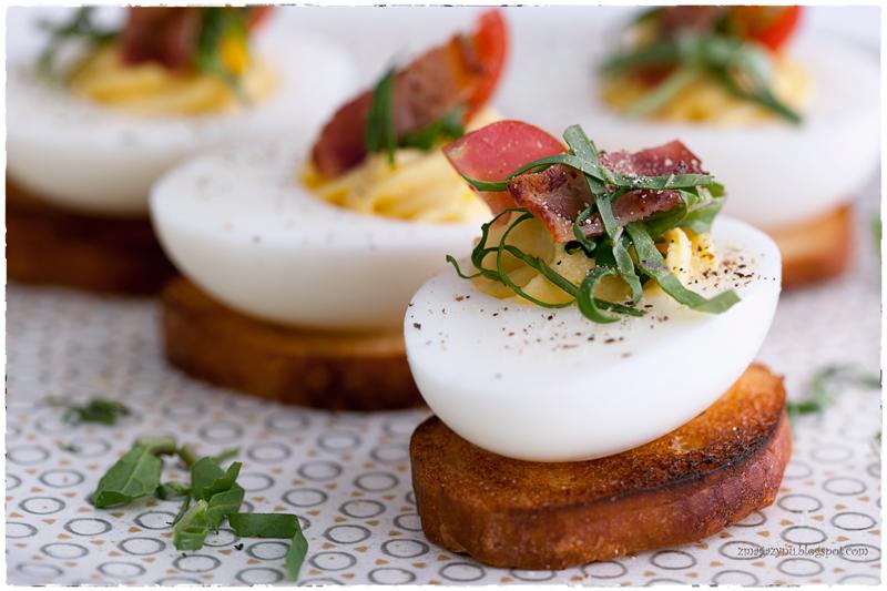 Jajka faszerowane z boczkiem, sałatą i pomidorami