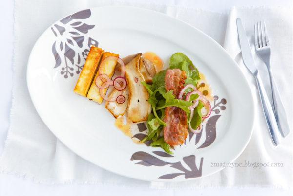 Sałatka z boczniakiem mikołajkowym i grillowanym serem halloumi