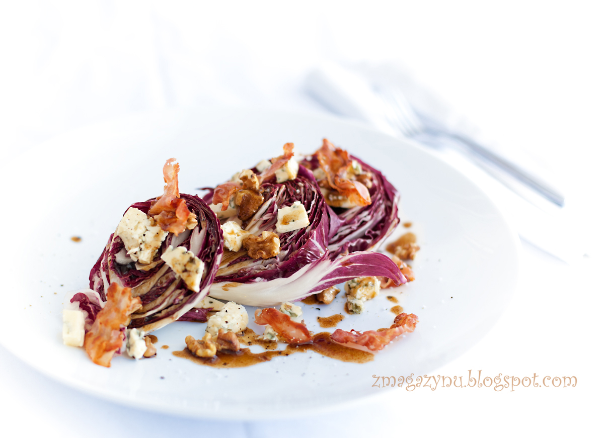 Sałatka z radicchio, sera pleśniowego i orzechów włoskich