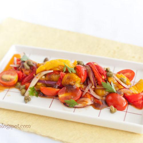 Sałatka z papryki z kaparami i pomidorami