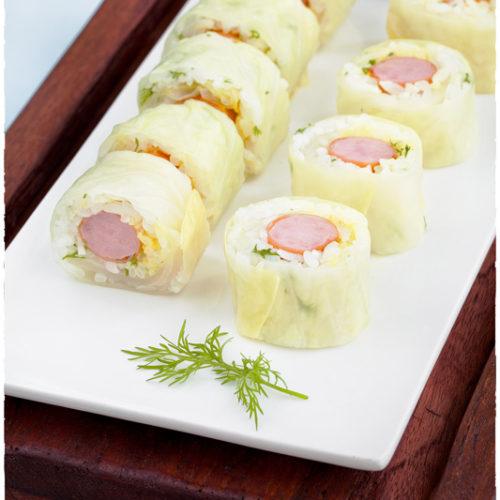Sushi z kiełbasą w liściach kapusty