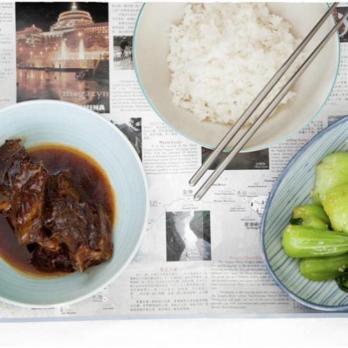 Wołowina duszona w czarnym occie ryżowym. Chińska wołowina z octem, białym ryżem i kapustą bok choy.