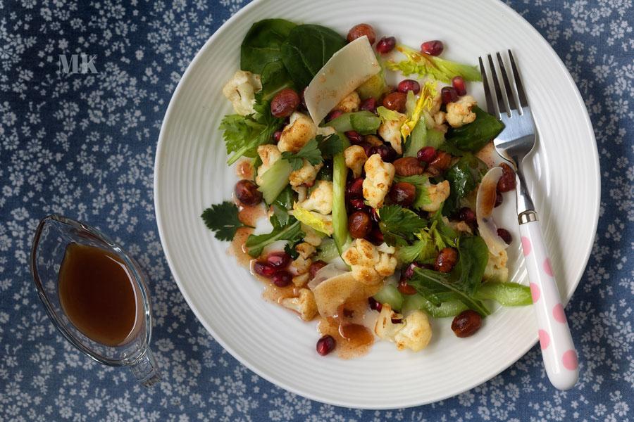 salatka z kalafiora granatu i orzechow laskowych