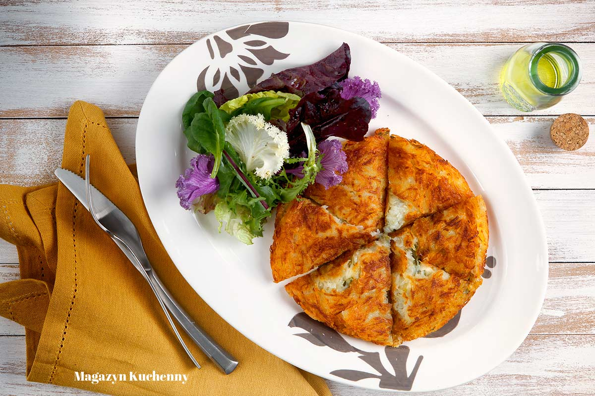 Rosti z serem raclette i porami. Szwajcarski placek ziemniaczany rösti.