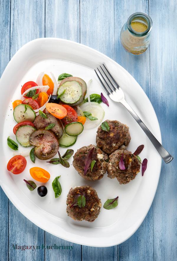 Kotleciki z wołowiny z fetą i sałatką pomidorową