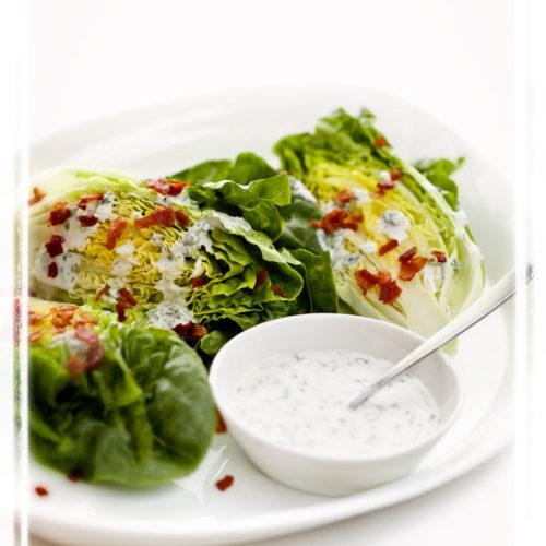 Śmietanowy sos do sałaty ze świeżymi ziołami i octem balsamicznym