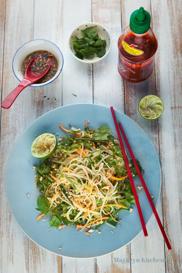 salatka-azjatycka-z-sosem-fistaszkowym