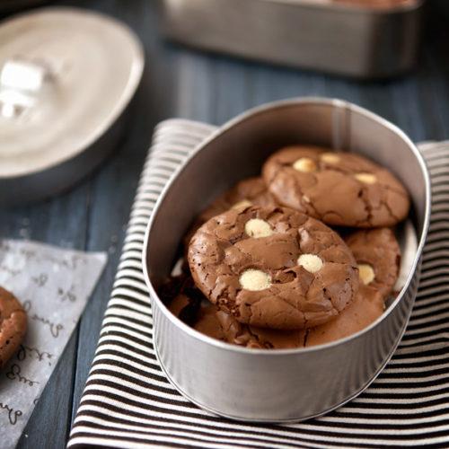 Podwójnie czekoladowe ciastka z białą i ciemną czekoladą