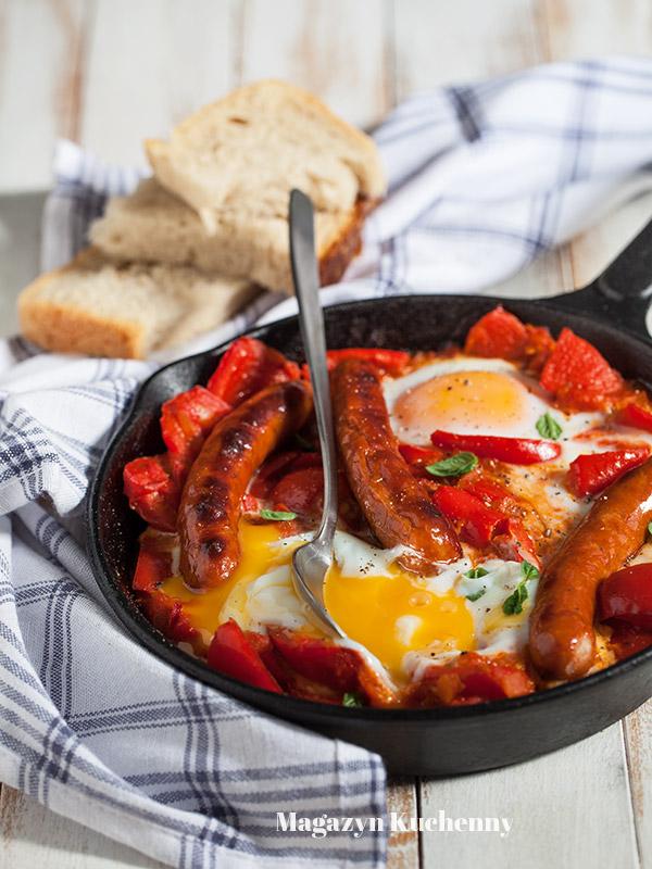 Jajka zapiekane w pomidorach z papryką i kiełbasą (szakszuka)