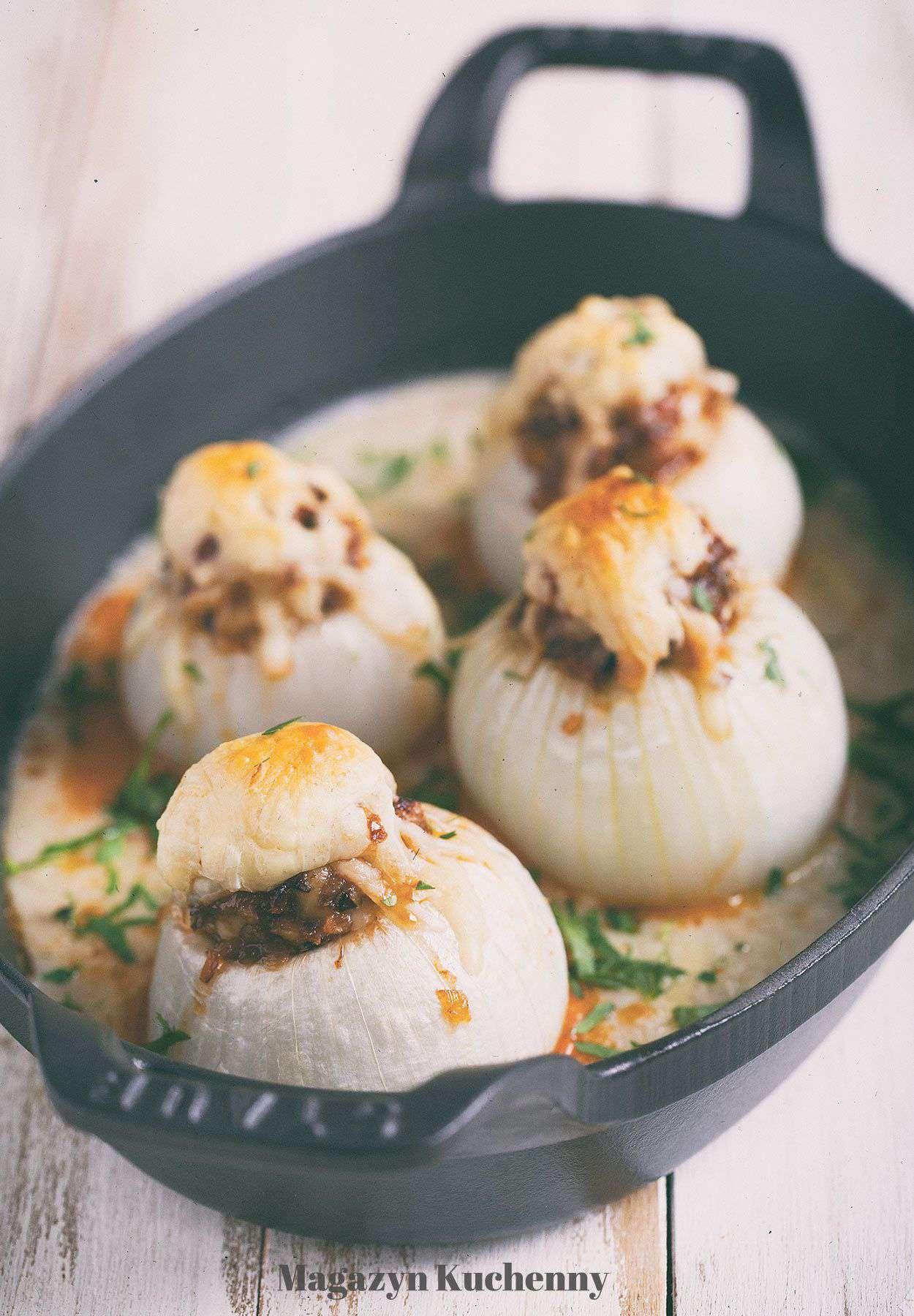Pieczone cebule faszerowane białą kiełbasą