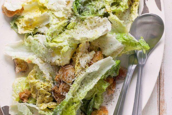 Najprostsza sałatka Cezara i szybki sos Cezara