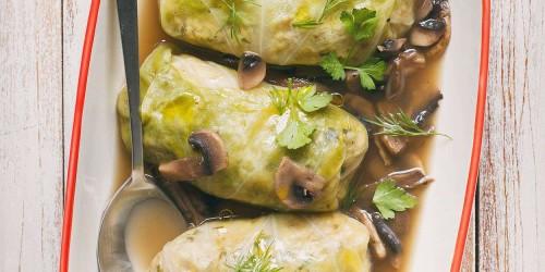 Gołąbki z kaszą jęczmienną i ciecierzycą w lekkim sosie pieczarkowym