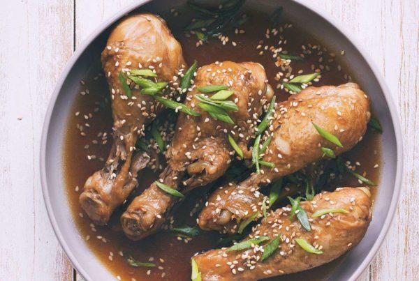 kurczak w sosie sojowym z imbirem i sezamem