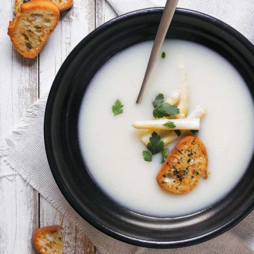 zupa szparagowa z cytryna, parmezanem i grzankami