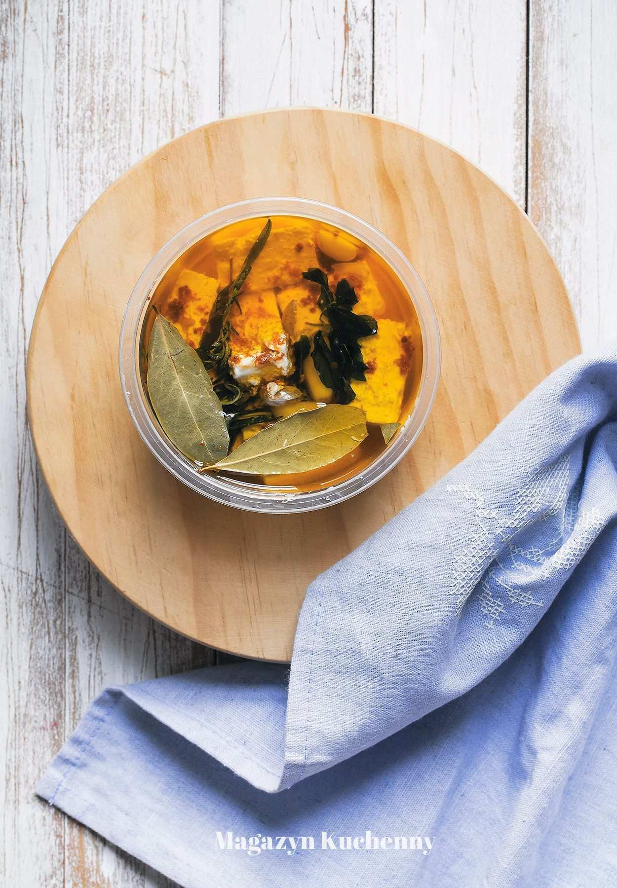 Marynowana feta w oliwie z ziołami i czosnkiem