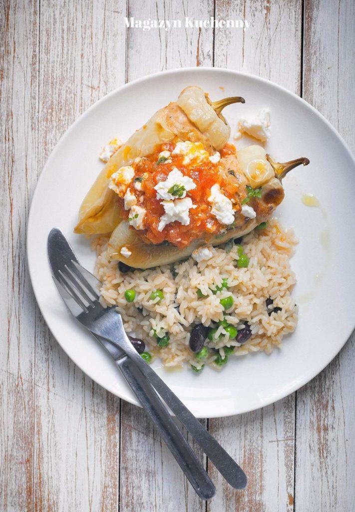 papryki nadziewane mięsem z indyka podane z ryżem