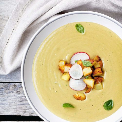 Zupa krem z bobu z białymi warzywami, cydrem i podsmażonymi ziemniakami
