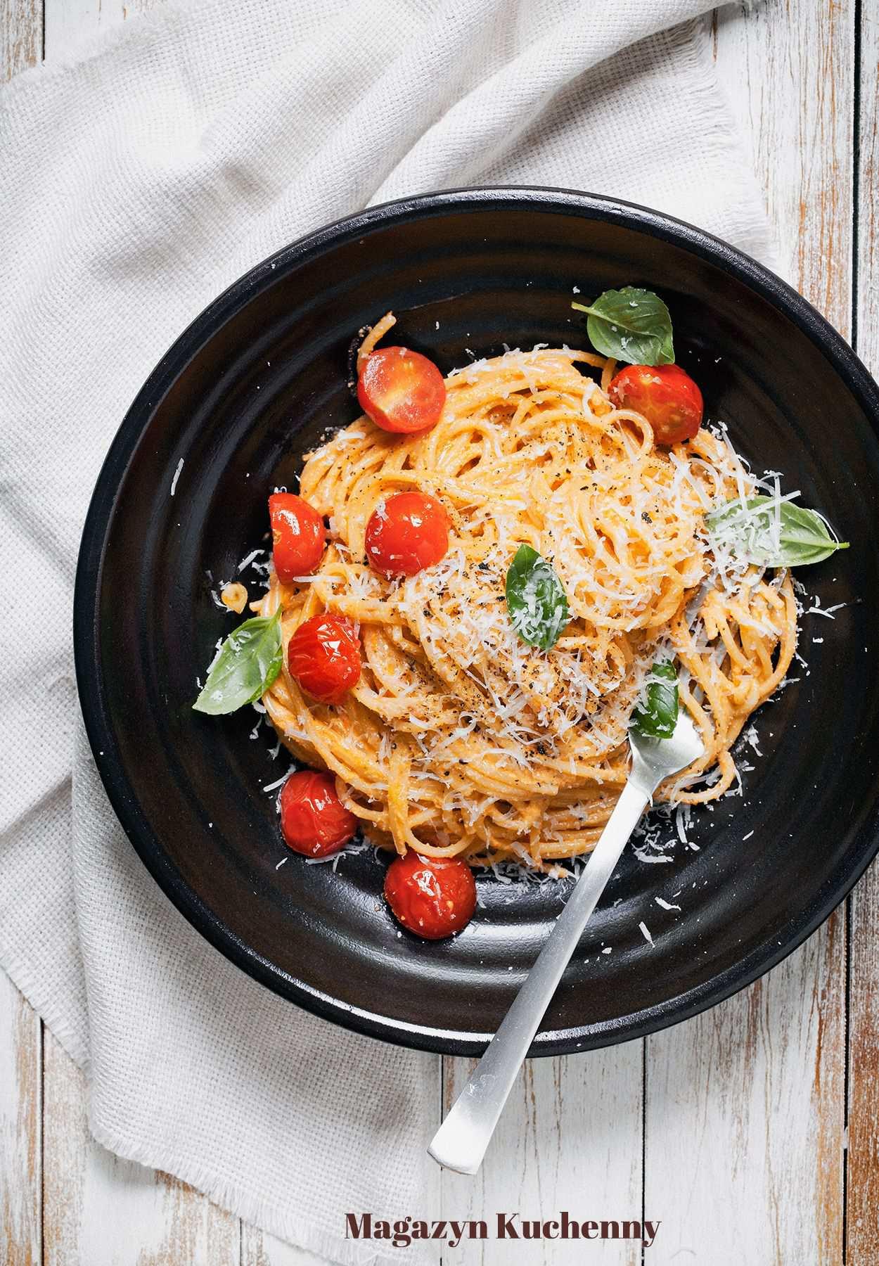 Spaghetti z pesto z pomidorów i orzechów