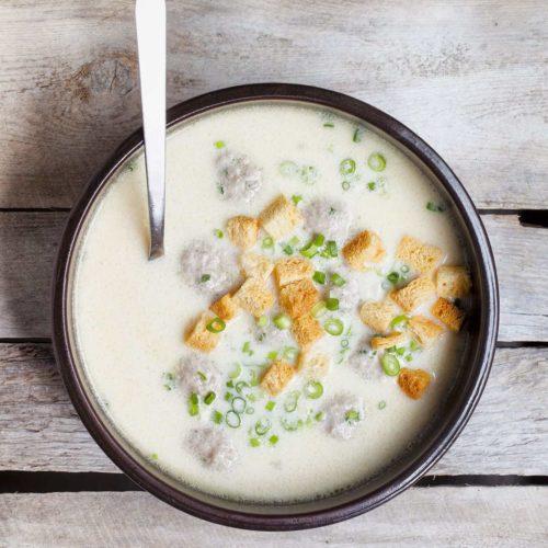 Zupa serowa z piwem, klopsikami wieprzowymi i grzankami