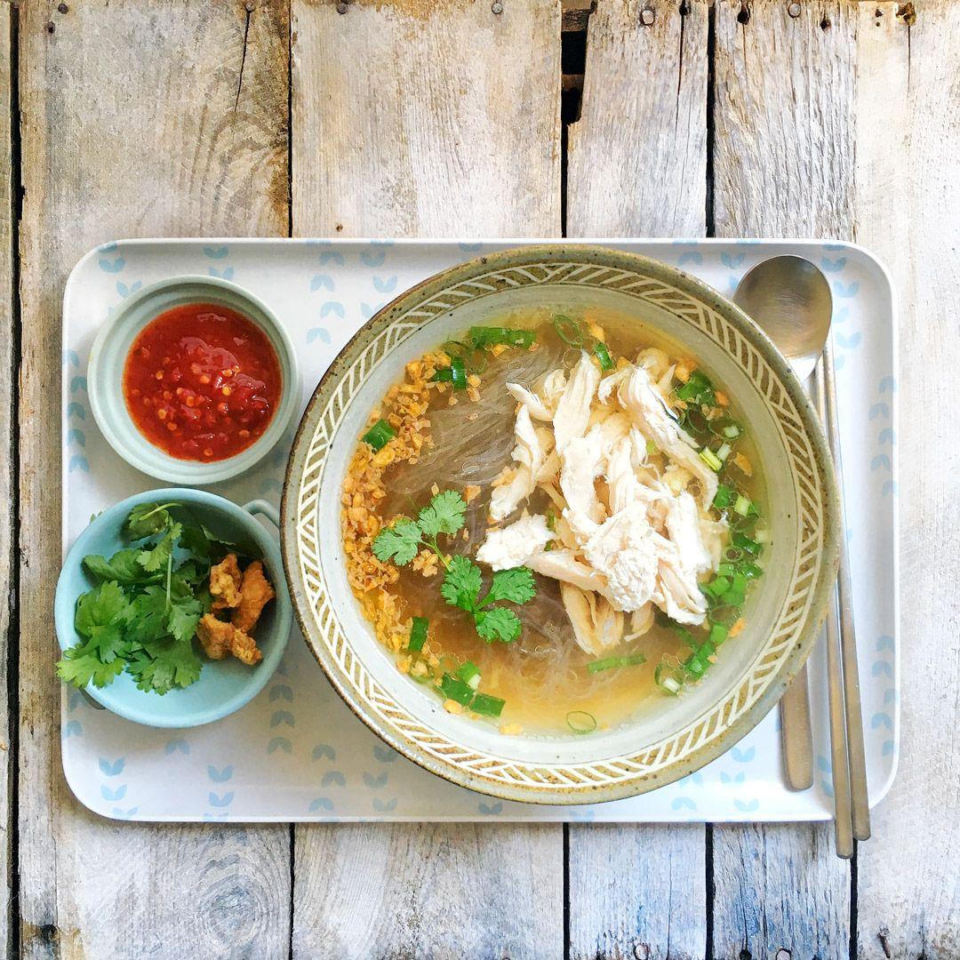 Zupa azjatycka z rosołu, z sosem chili, mięsem z kurczaka i makaronem ryżowym