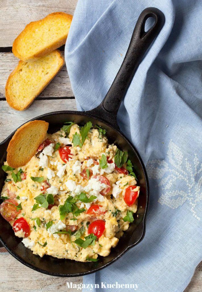 Jajecznica z fetą i pomidorami. Jajecznica po grecku.