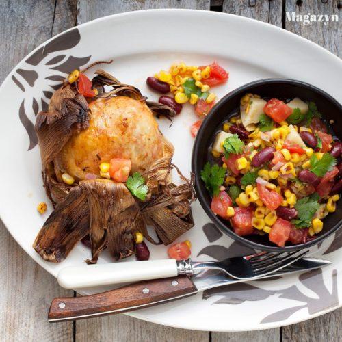 Kurczak w liściach kukurydzy z sałatką z kukurydzy, czerwonej fasoli i kolendry
