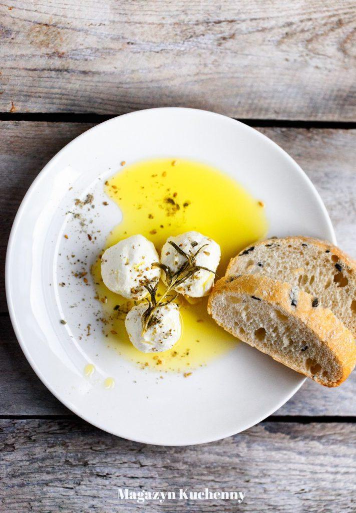 serowe kulki labneh w oliwie z zatarem i ciabattą