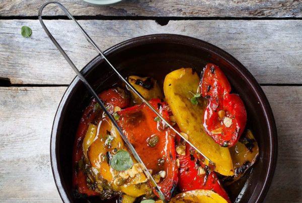Opiekana papryka w oliwie z octem balsamicznym, kaparami, anchois i świeżym oregano