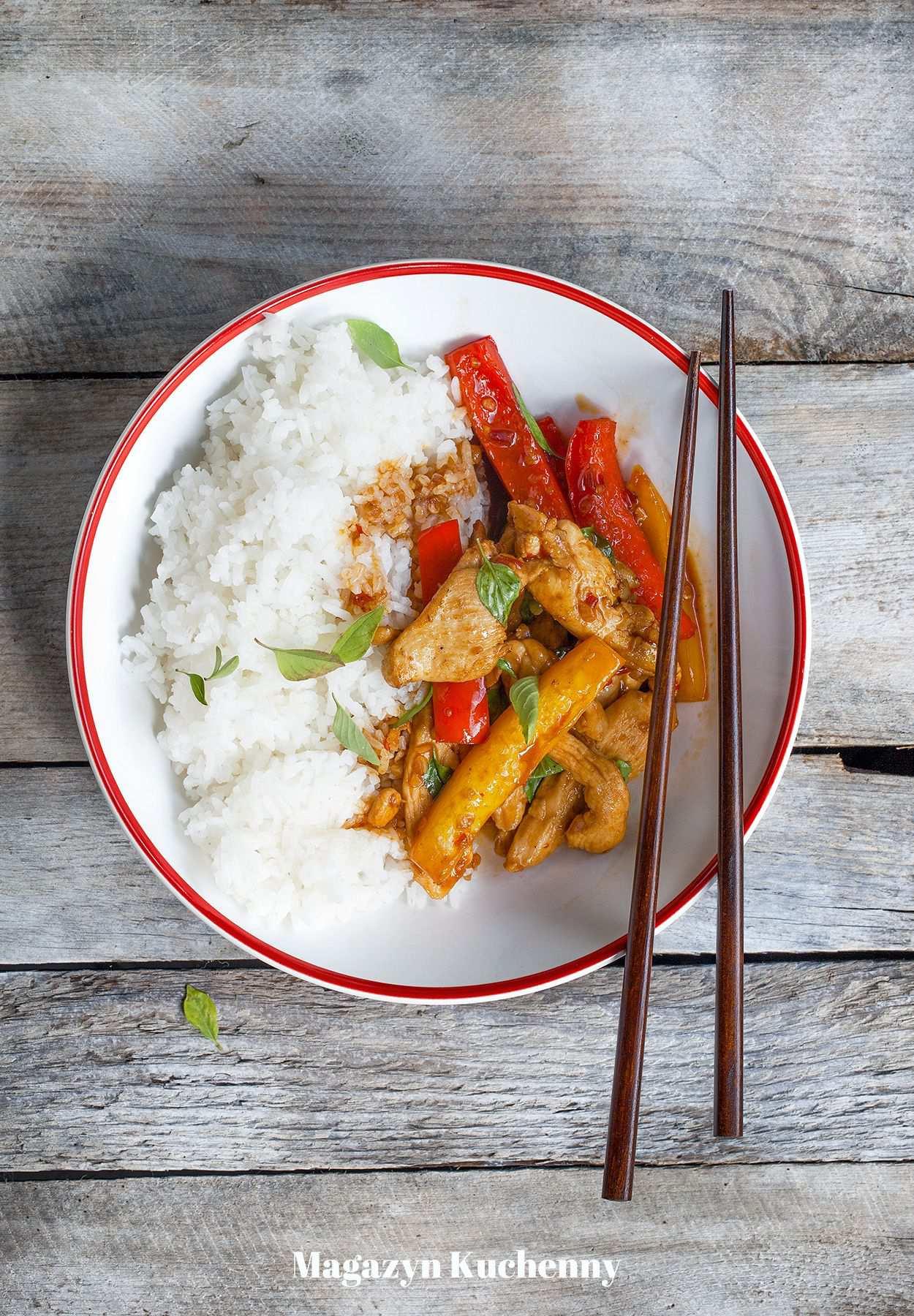 Stir-fry z kurczakiem, papryką i tajską bazylią