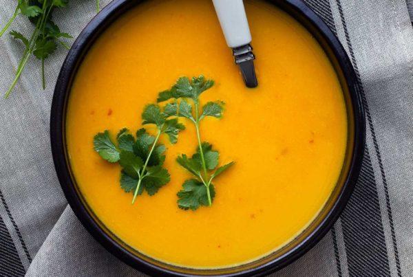 Zupa dyniowa z mlekiem kokosowym, chili i kolendrą