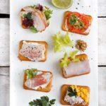 Przekąski z krakersów na imprezy karnawałowe i sylwestra. Krakersy z tuńczykiem, krakersy z serkiem śmietankowym, krakersy z awokado.