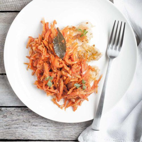Ryba po grecku. Smażone foilety rybne w sosie warzywnym.