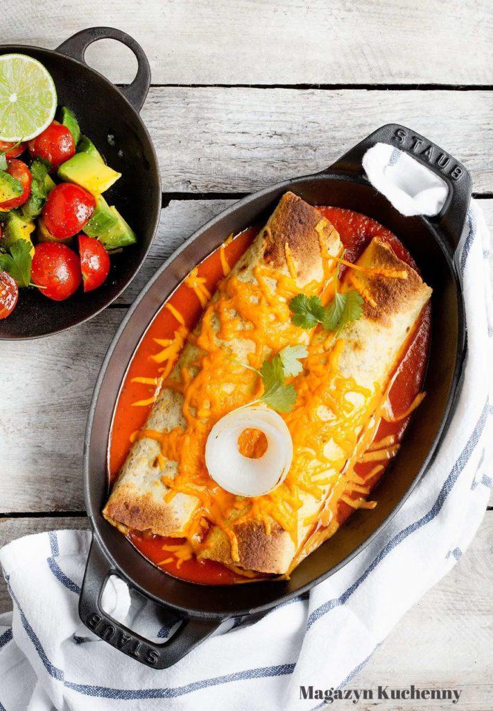 Enchilada wegetariańska zapiekana z soem paprykowo-pomidorowym i serem