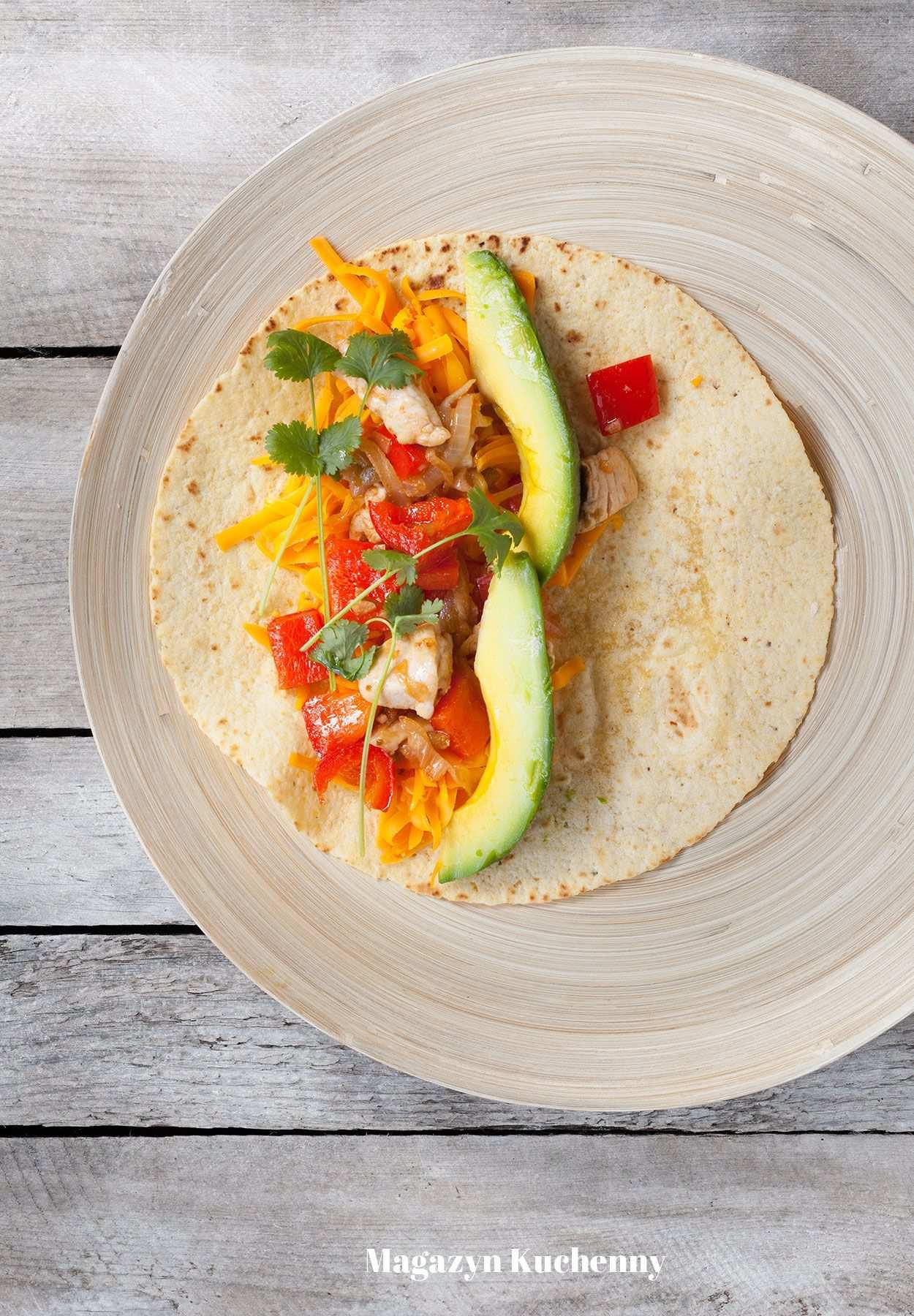Enchilada z kurczakiem, serem i awokado