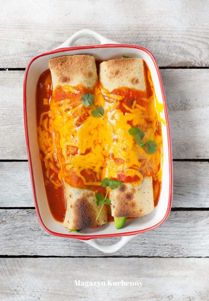 Enchilada z kurczakiem, serem i awokado, zapiekana z pikantnym sosem paprykowo-pomidorowym
