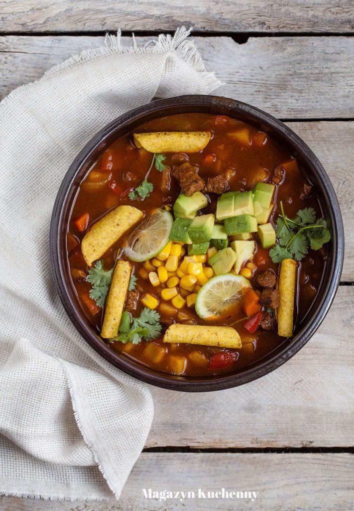 Meksykańska zupa gulaszowa z wołowiną, awokado, kukurydzą i chipsami z tortilli