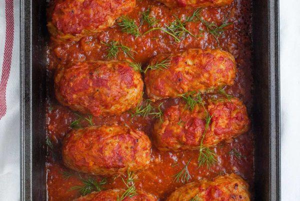 Gołąbki bez zawijania, pieczone w sosie pomidorowym. Pieczone gołąbki z kiszoną kapustą.