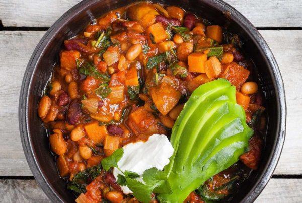 Wegetariańskie chili z fasolą, słodkimi ziemniakami i jarmużem