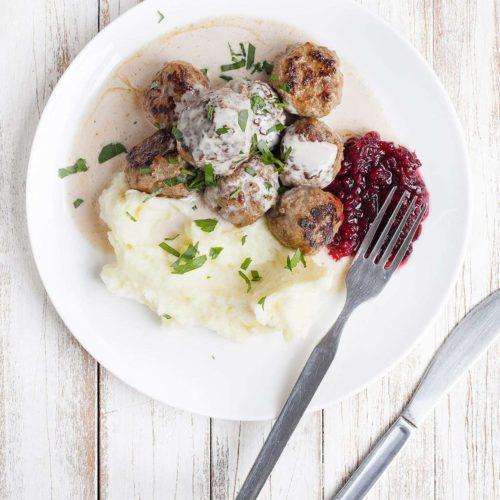 Klopsiki szwedzkie z sosem śmietanowym, puree ziemniaczanym i żurawinami. Klospiki jak z IKEA.
