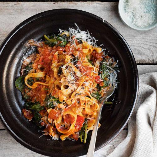 Tagliatelle z pomidorami, szpinakiem i pieczarkami