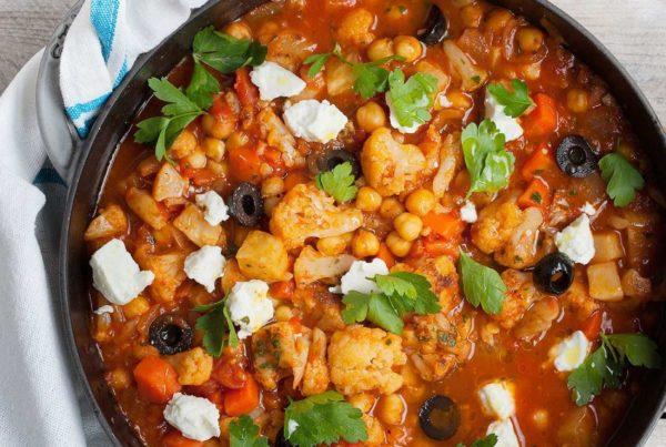 Eintopf jarzynowy z kalafiorem i ciecierzycą w pomidorach po grecku