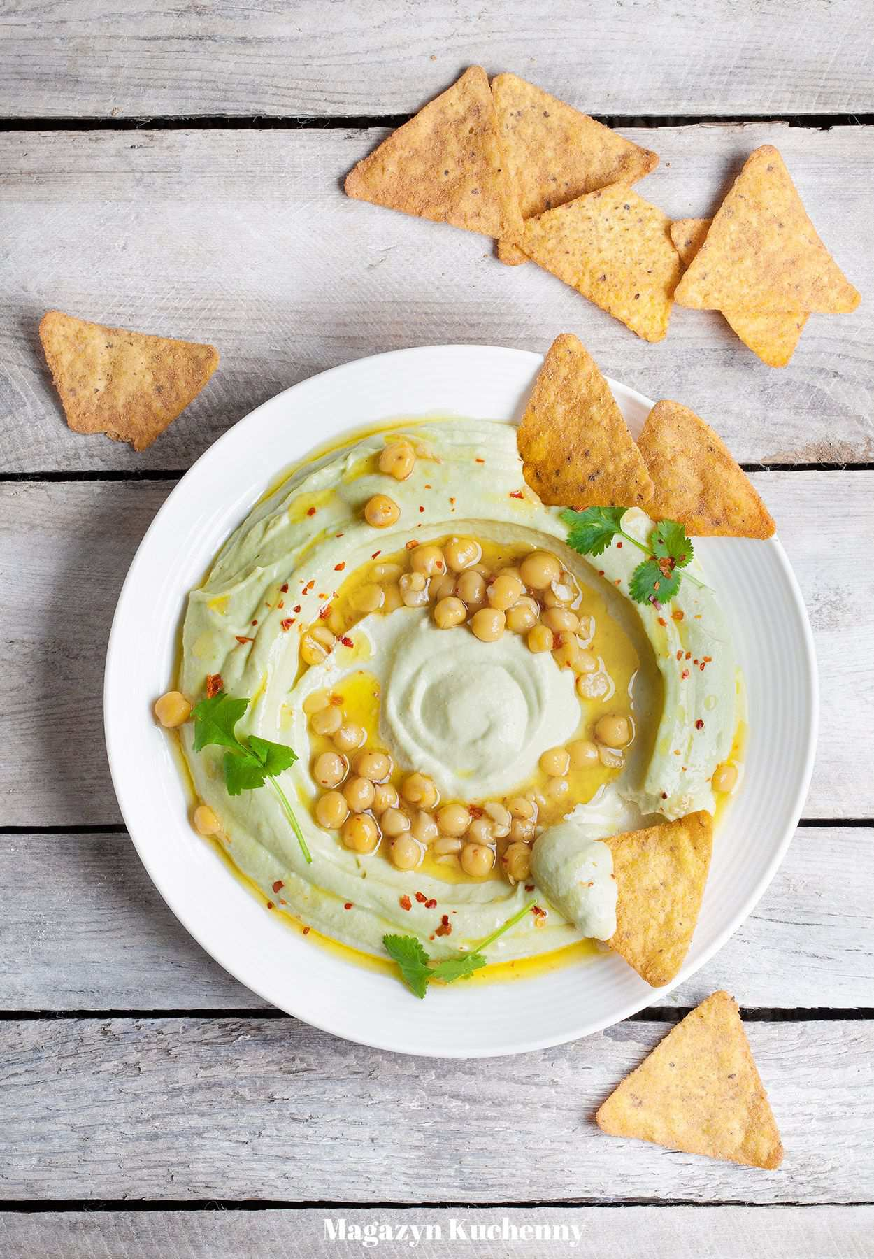Hummus z awokado, ciecierzycą i nachos