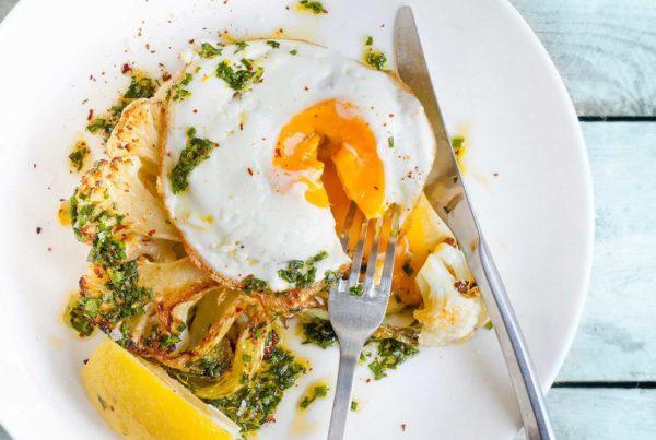 Stek z kalafiora z jajkiem sadzonym i ziołowym winegretem