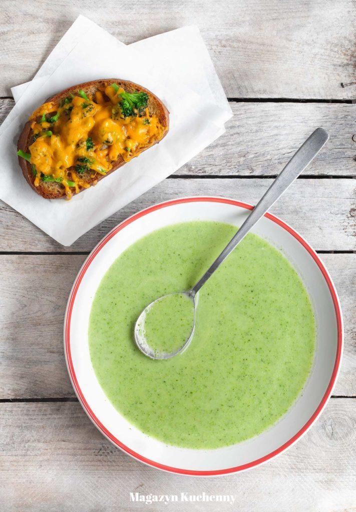 Zupa brokułowa z grzankami serowymi